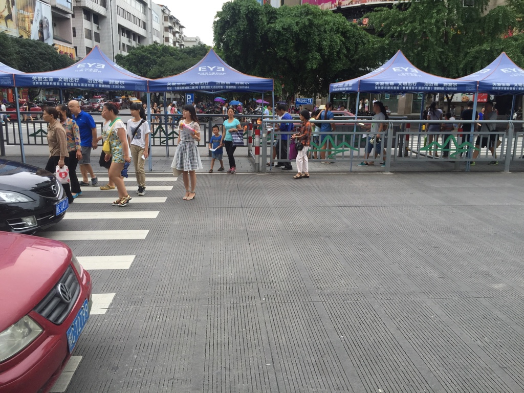 Straßenübergang mit Hindernis
