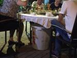 Ein Tisch, eine Tonne